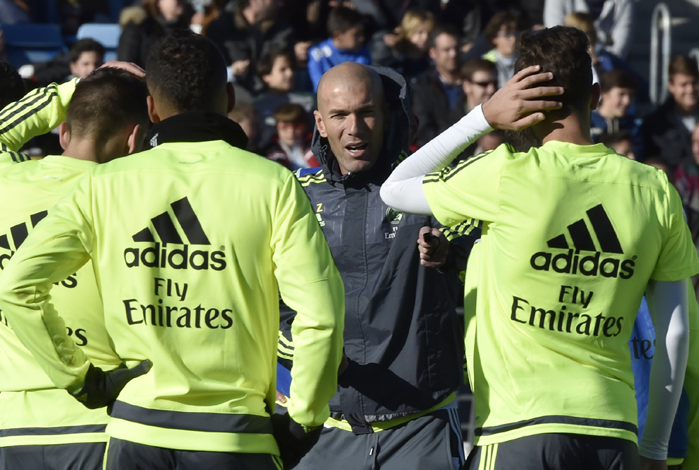 "Real Madrid's new French coach Zinedine Zidane (C) gives instructions to his players during his first training session as coach of Real Madrid at the Alfredo di Stefano stadium in Valdebebas, on the outskirts of Madrid, on January 5, 2016. Real Madrid legend Zinedine Zidane promised to put his ""heart and soul"" into managing the Spanish giants after he was sensationally named as coach following Rafael Benitez's unceremonious sacking. AFP PHOTO/ GERARD JULIEN / AFP / GERARD JULIEN"