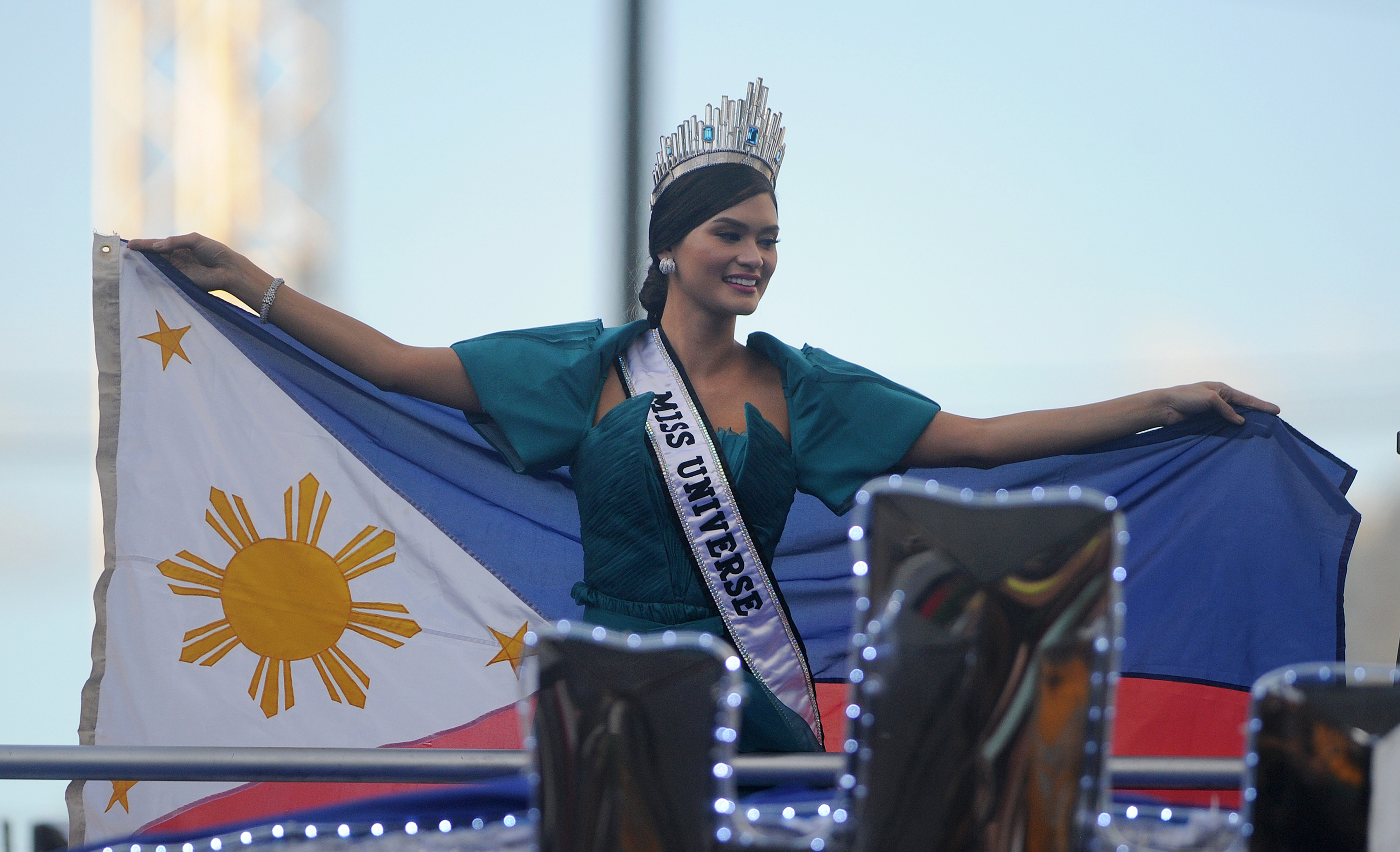 Miss Universe Pia Alonzo Wurtzbach waves a Philippine flag during her victory homecoming parade in Manila on January 25, 2016. Wurtzbach was crowned Miss Universe in December in a drama-filled show after the pageant's host, comedian Steve Harvey, misread his cue card and initially announced Miss Colombia as the winner before apologizing and saying Wurtzbach had won.     AFP PHOTO / NOEL CELIS / AFP / NOEL CELIS