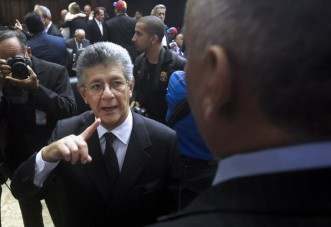 The new president of the Venezuelan parliament, deputy Henry Ramos Allup (C) arrives at the parliament in Caracas, on January 5, 2016. Venezuela's President Nicolas Maduro ordered the security forces to ensure the swearing-in of a new opposition-dominated legislature passes off peacefully Tuesday, after calls for rallies raised fears of unrest. AFP PHOTO/JUAN BARRETO / AFP / JUAN BARRETO