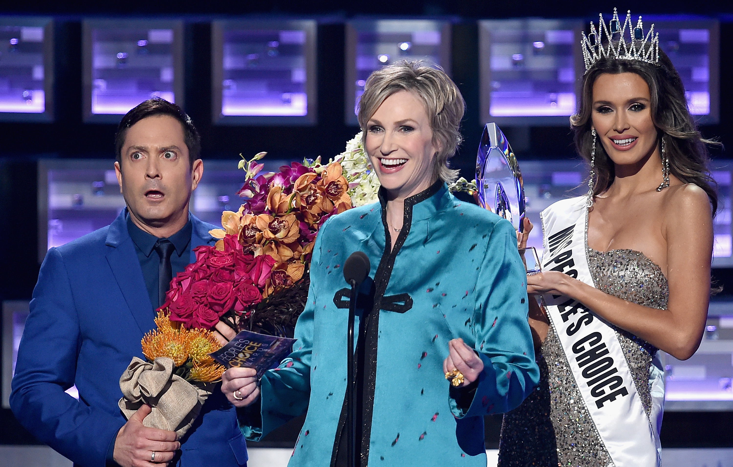 LOS ANGELES, CA - JANUARY 06: (L-R) Actor Thomas Lennon, host Jane Lynch, and Miss Colombia Ariadna Gutierrez perform onstage during the People's Choice Awards 2016 at Microsoft Theater on January 6, 2016 in Los Angeles, California. Kevin Winter/Getty Images/AFP