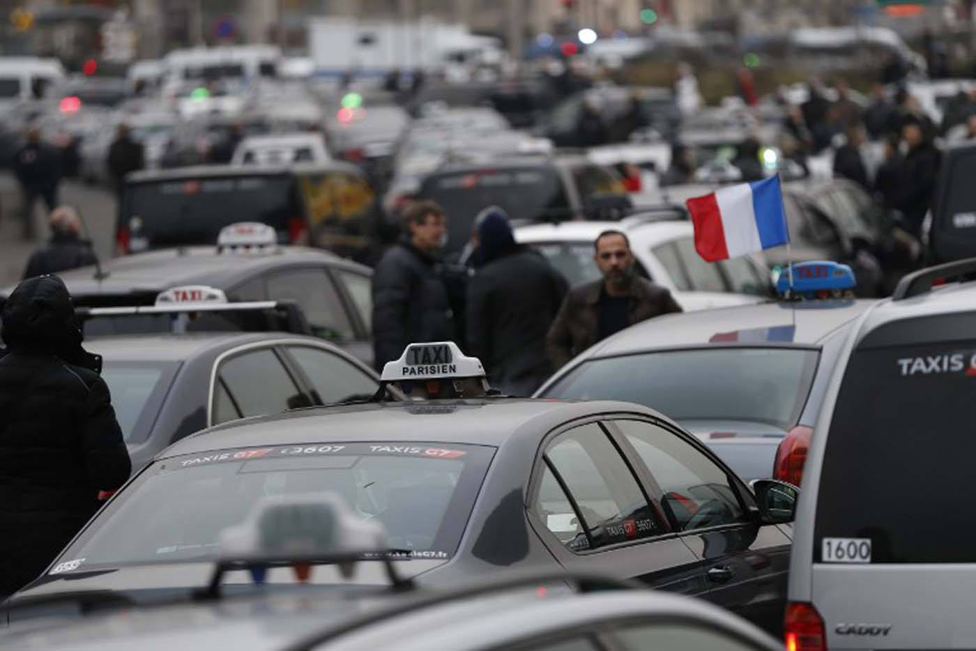 Taxi drivers block the traffic during a demonstration against the VTC (transport vehicle with chauffeur) on January 26, 2016 at porte Maillot in Paris. AFP PHOTO / THOMAS SAMSON / AFP / THOMAS SAMSON