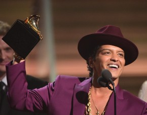 Singer Bruno Mars holds up the award for the Record of the Year, Uptown Funk onstage during the 58th Annual Grammy music Awards in Los Angeles February 15, 2016. AFP PHOTO/ ROBYN BECK / AFP / ROBYN BECK