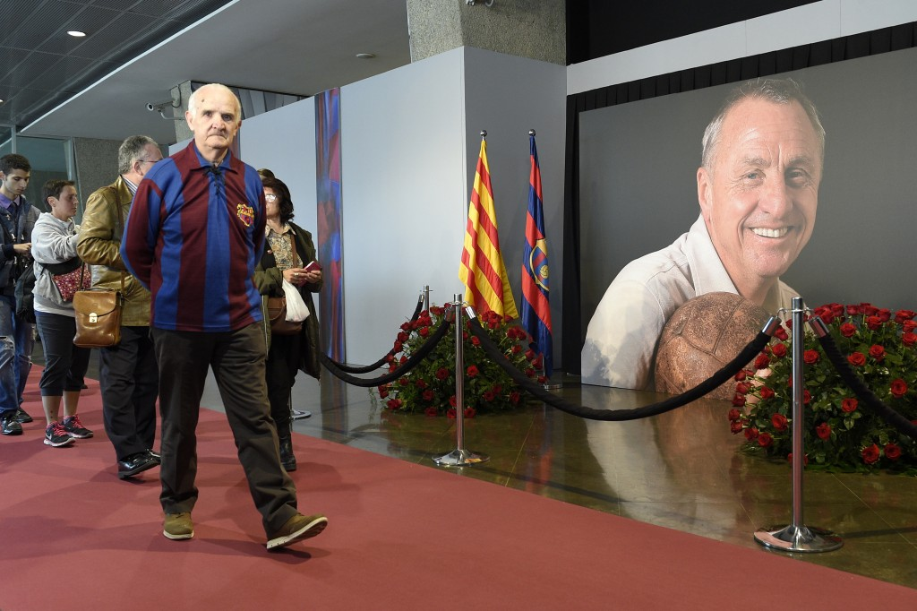FC Barcelona's football fans pay tribute to late Dutch football star Johan Cruyff in a special condolence area set up at Camp Nou stadium, in Barcelona on March 26, 2016. Cruyff, one of the greatest footballers of all time who dazzled with his artistry, died on March 24, 2016 at the age of 68 after losing a battle with lung cancer, prompting an avalanche of tributes from around the sports world. / AFP / LLUIS GENE