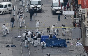 Turkish police, forensics and emergency services work on the scene of an explosion on the pedestrian Istiklal avenue in Istanbul on March 19, 2016. Four people, including the bomber, were killed and twenty others injured in a suicide attack on a major shopping street in Istanbul on Saturday, the city governor reported. / AFP / ILHAS NEWS AGENCY / STR