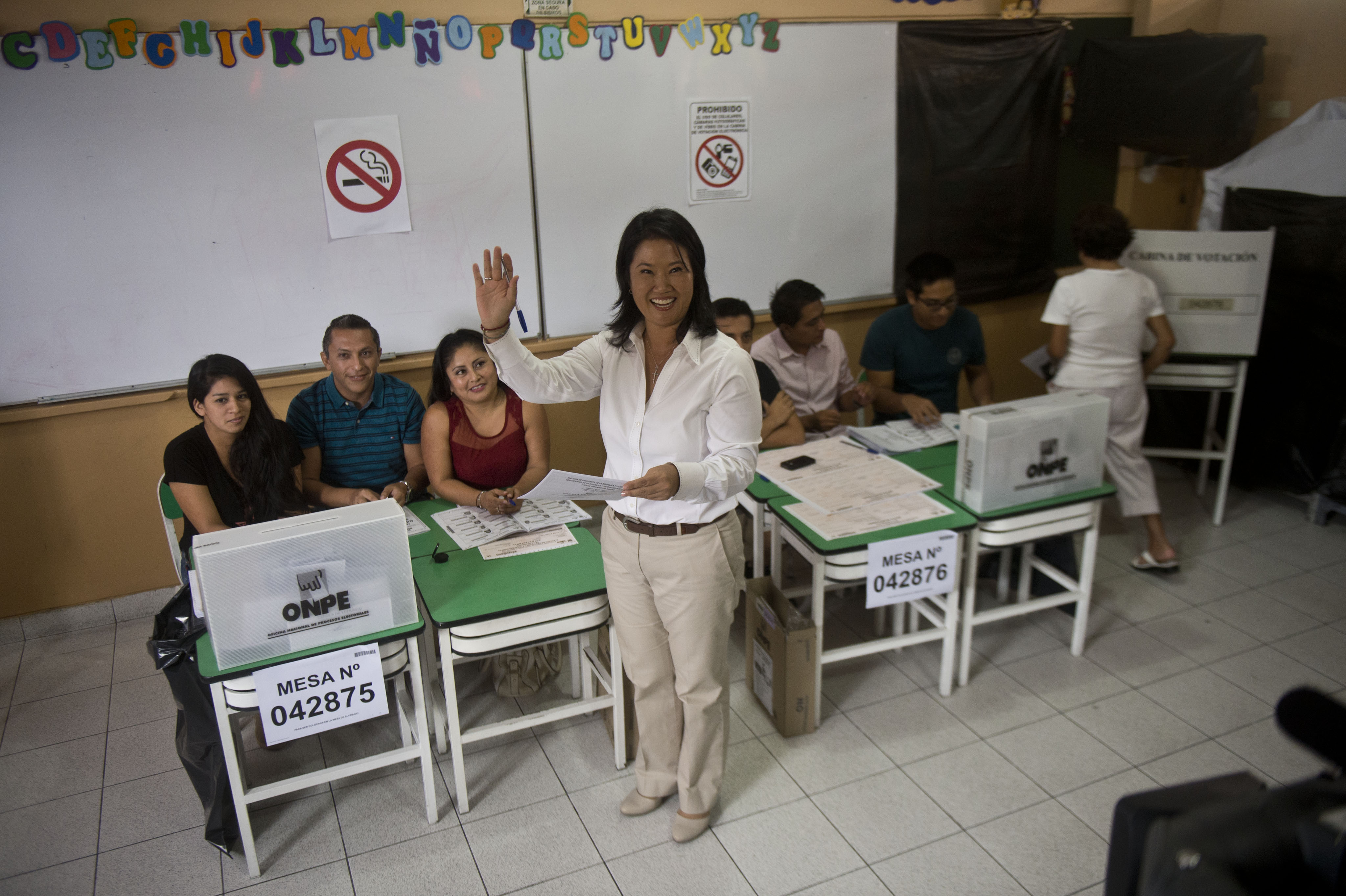 Peru´s presidential candidate, Keiko Fujimori, casts her vote during general elections, in Lima on April 10, 2016 Almost 23 million Peruvians in Peru and abroad are expected to decide whether Keiko Fujimori, daughter of an ex-president jailed for massacres, should become their first female head of state in an election marred by alleged vote-buying and guerrilla attacks that killed four. / AFP PHOTO / ERNESTO BENAVIDES