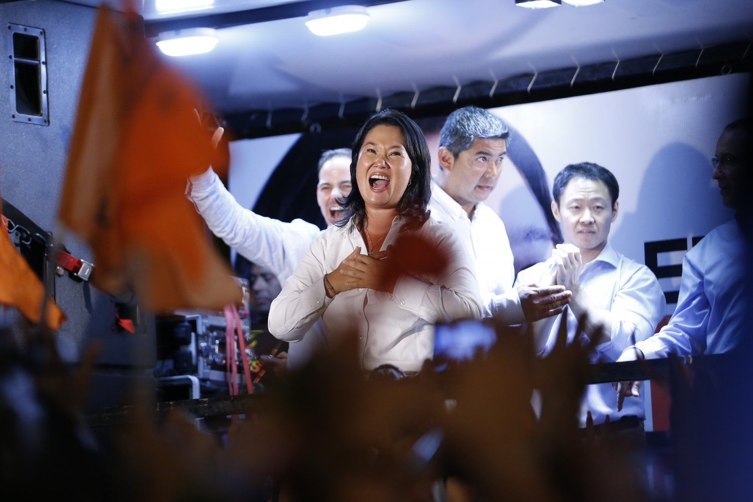 "Peru´s presidential candidate of the ""Fuerza Popular"" party, Keiko Fujimori, waves at supporters after a press conference in Lima on April 10, 2016. Keiko Fujimori, daughter of an ex-president jailed for massacres, topped the first-round vote Sunday in troubled elections that will make her Peru's first female leader if she wins a runoff. / AFP PHOTO / LUKA GONZALES"