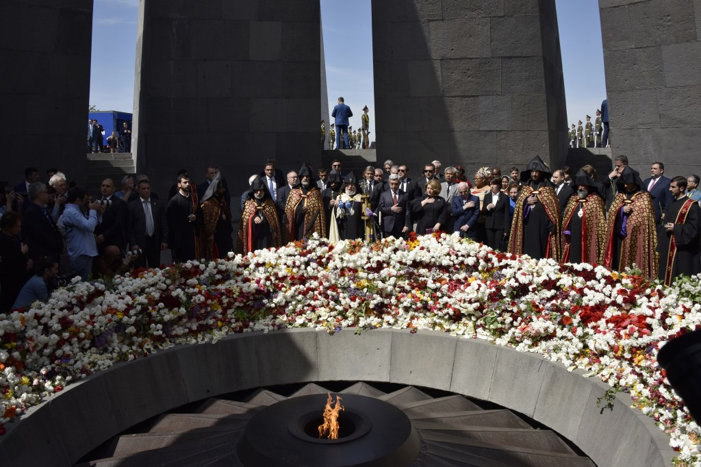 Armenian President Serzh Sarkisian (C,R) and US actor George Clooney (C) attend a ceremony at the Genocide Memorial in Yerevan on April 24, 2016, to commemorate the 101st anniversary of the World War I-era Armenian genocide in the Ottoman Empire. A staunch advocate of the massacre's recognition as genocide, Clooney arrived in the ex-Soviet nation on April 23 to take part in the hugely symbolic ceremonies. / AFP PHOTO / KAREN MINASYAN