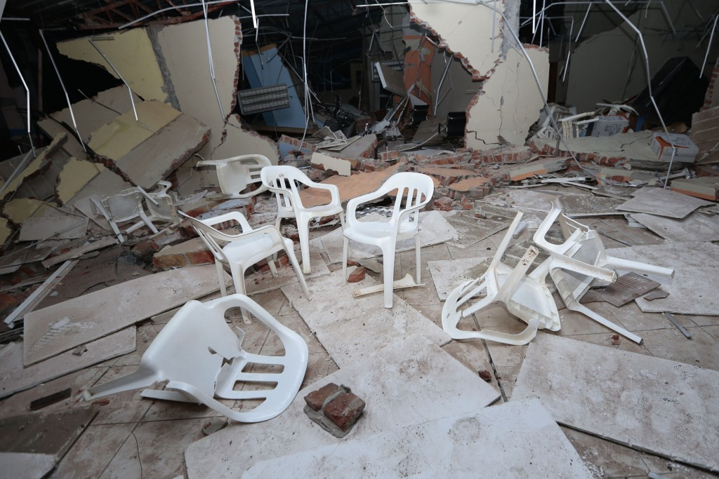 This picture shows fallen chairs and a damaged building in Manta on April 17, 2016, after a powerful 7.8-magnitude earthquake struck Ecuador on April 16.  At least 77 people were killed when a powerful 7.8-magnitude earthquake struck Ecuador, destroying buildings and a bridge and sending terrified residents scrambling from their homes, authorities in the Latin American country said on April 17. / AFP PHOTO / JUAN CEVALLOS