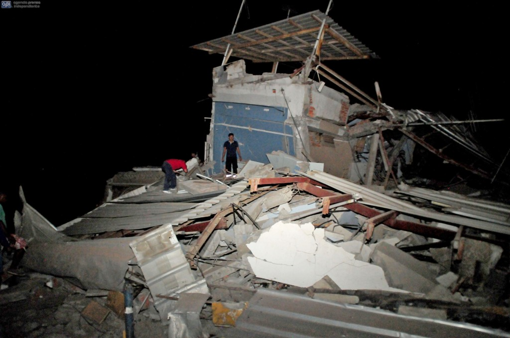 Residents survey destroyed housing following an earthquake, April 16, 2016 in Guayaquil, Ecuador.  At least 28 people were killed by a strong 7.8-magnitude earthquake that struck northwestern Ecuador, the country's Vice President Jorge Glas said. A tate of emergency had been declared nationwide.  / AFP PHOTO / Ariel Ochoa