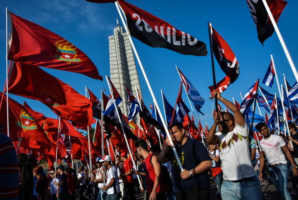 Cubans march during the May Day parade at Revolution Square in Havana, on May 1, 2016. / AFP PHOTO / JORGE BELTRAN