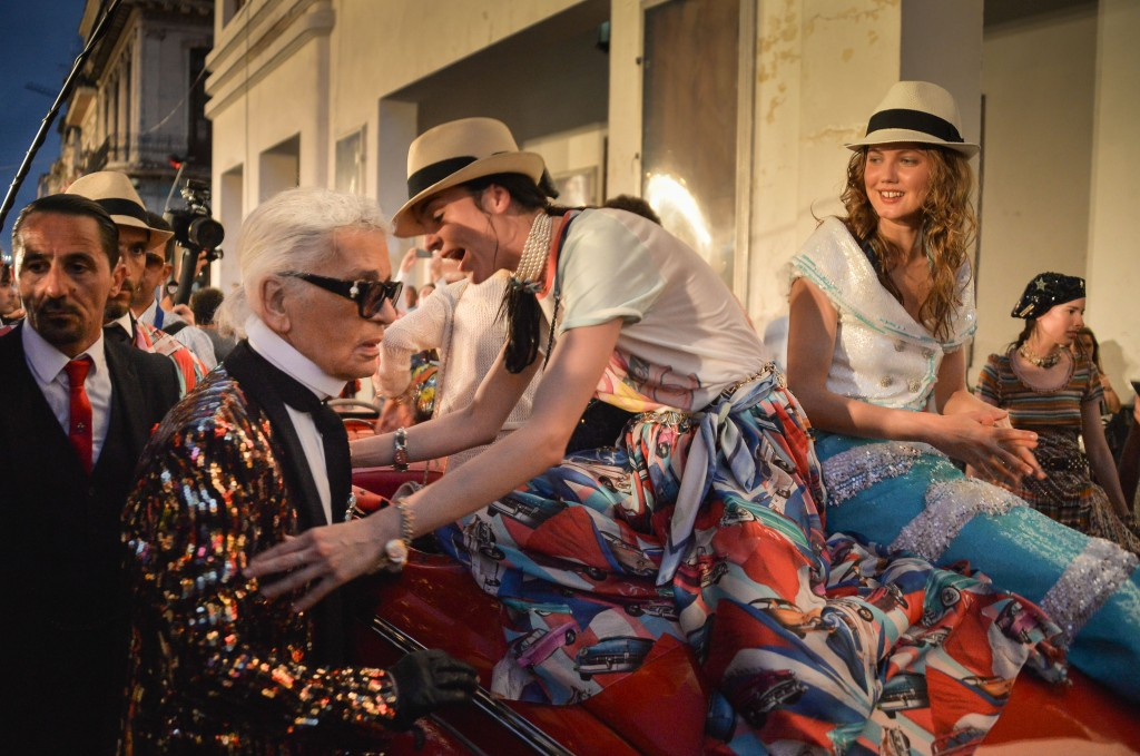 German fashion designer, artist, and photographer Karl Lagerfeld (L) attends his performance for Chanel at the Prado promenade in Havana, on May 3, 2016. / AFP PHOTO / ADALBERTO ROQUE