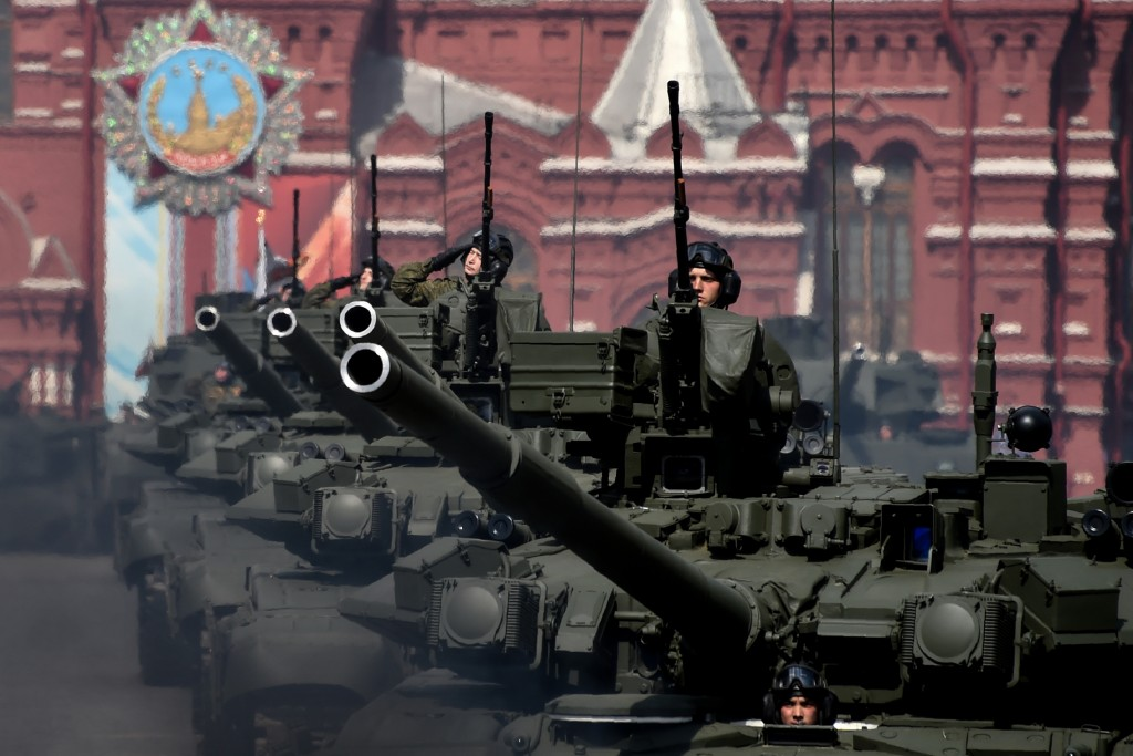 Russian T-90A tanks roll at the Red Square during the Victory Day military parade general rehearsal in Moscow on May 7, 2016 / AFP PHOTO / KIRILL KUDRYAVTSEV