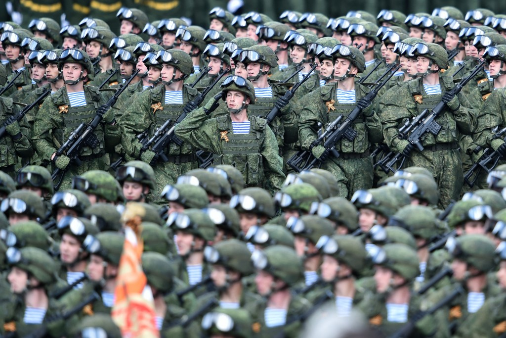 Russian soldiers march at the Red Square during the Victory Day military parade general rehearsal in Moscow on May 7, 2016 / AFP PHOTO / KIRILL KUDRYAVTSEV