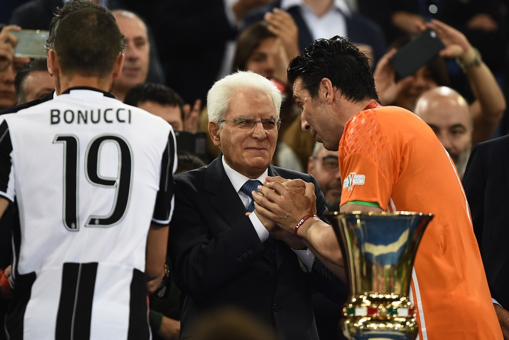 Juventus' goalkeeper from Italy Gianluigi Buffon (R) shakes hands with Italian President Sergio Mattarella during the victory ceremony after winning the Italian Tim Cup final football match AC Milan vs Juventus on May 21, 2016 at the Olympic Stadium in Rome. Juventus won 0-1 in the extra time. AFP PHOTO / FILIPPO MONTEFORTE / AFP PHOTO / FILIPPO MONTEFORTE