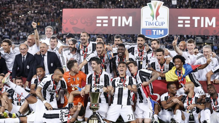 . Rome (Italy), 21/05/2016.- Juventus' players celebrate with the trophy after winning the Italian Cup final soccer match Milan vs Juventus at Olimpico stadium in Rome, Italy, 21 May 2016. (Roma, Italia) EFE/EPA/ANGELO CARCONI