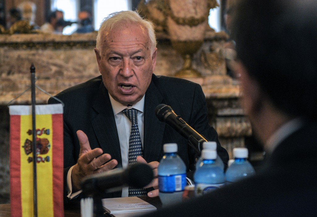 Spanish Foreign Affairs Minister Jose Manuel Garcia-Margallo y Marfil (L) shakes hands with his Cuban counterpart Bruno Rodriguez (R) upon his arrival at the Foreign Ministry in Havana, on May 16, 2016. Garcia-Margallo is in Cuba on an official visit. / AFP PHOTO / YAMIL LAGE
