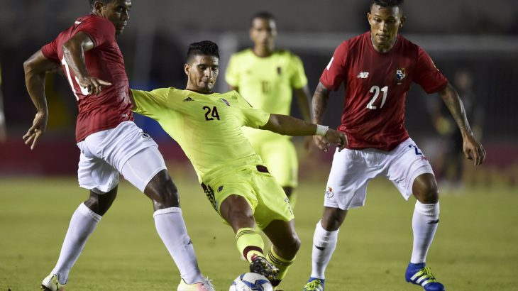 Panama's  player Ricardo Buitrago (L) vies for the ball with Jacobo Kouffati (C) of Venezuela during the friendly match, at the  Rommel Fernandez Stadium in Panama City on May 24, 2016. / AFP PHOTO / RODRIGO ARANGUA
