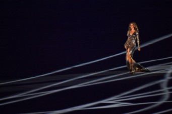 Brazilian model Gisele Bundchen parades during the opening ceremony of the Rio 2016 Olympic Games at the Maracana stadium in Rio de Janeiro on August 5, 2016. / AFP PHOTO / OLIVIER MORIN