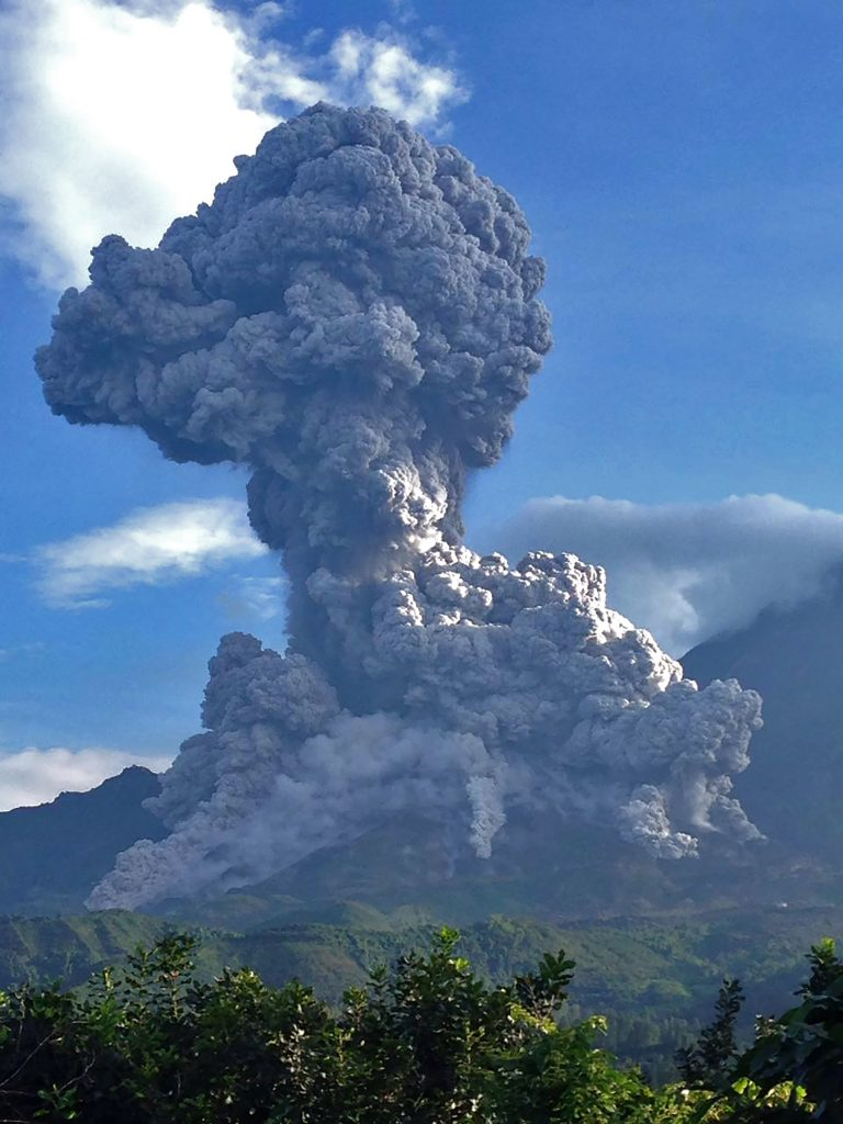 """Handout picture released by the INSIVUMEH showing ash expelled by the erupting Santiaguito volcano in the department of Quetzaltenango, western Guatemala, on August 16, 2016. / AFP PHOTO / ho / RESTRICTED TO EDITORIAL USE - MANDATORY CREDIT """"AFP PHOTO / INSIVUMEH"""" - NO MARKETING NO ADVERTISING CAMPAIGNS - DISTRIBUTED AS A SERVICE TO CLIENTS"""