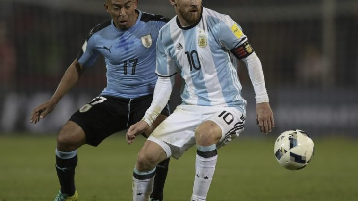 Argentina's Lionel Messi and Uruguay's Egidio Arevalo Rios vie for the ball during the FIFA World Cup 2018 qualifier football match between Argentina and Uruguay in Mendoza, Argentina, on September 1, 2016. / AFP PHOTO / JUAN MABROMATA