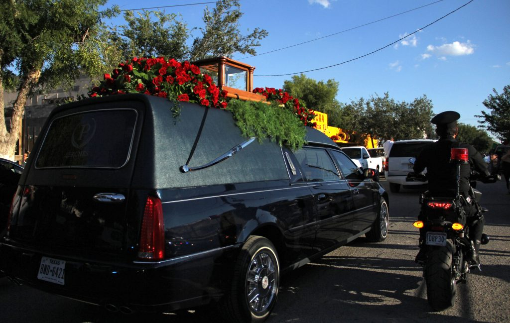 Police escort the hearse carrying the urn (on top) containing the ashes of Mexican singer-songwriter Juan Gabriel as it arrives at Ciudad Juarez in Chihuahua state, Mexico on September 3, 2016. The ashes of Juan Gabriel arrived Saturday to Ciudad Juarez from the United States, where he lived, and where he died on August 28, at age 66. / AFP PHOTO / HERIKA MARTINEZ