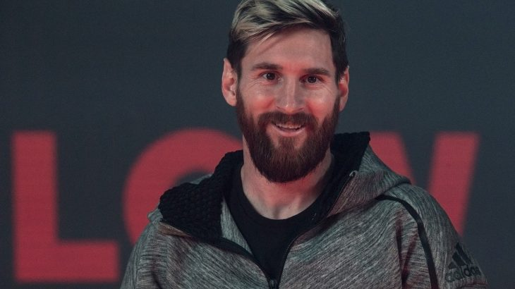 Barcelona's Argentinian forward Lionel Messi smiles as he takes part in a promotional event held by his sponsor in Barcelona, on November 24, 2016.  / AFP PHOTO / PAU BARRENA