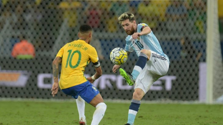Brazil's Neymar (L) and Argentina's Lionel Messi vie for the ball during their 2018 FIFA World Cup qualifier football match in Belo Horizonte, Brazil, on November 10, 2016. / AFP PHOTO / DOUGLAS MAGNO